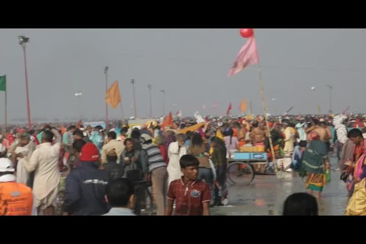 En la India desafían las bajas temperaturas de enero con un baño sagrado