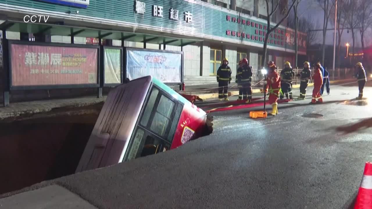 Enorme socavón se traga un autobús en China
