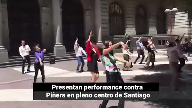 Video: Presentan performance contra Piñera en pleno centro de Santiago