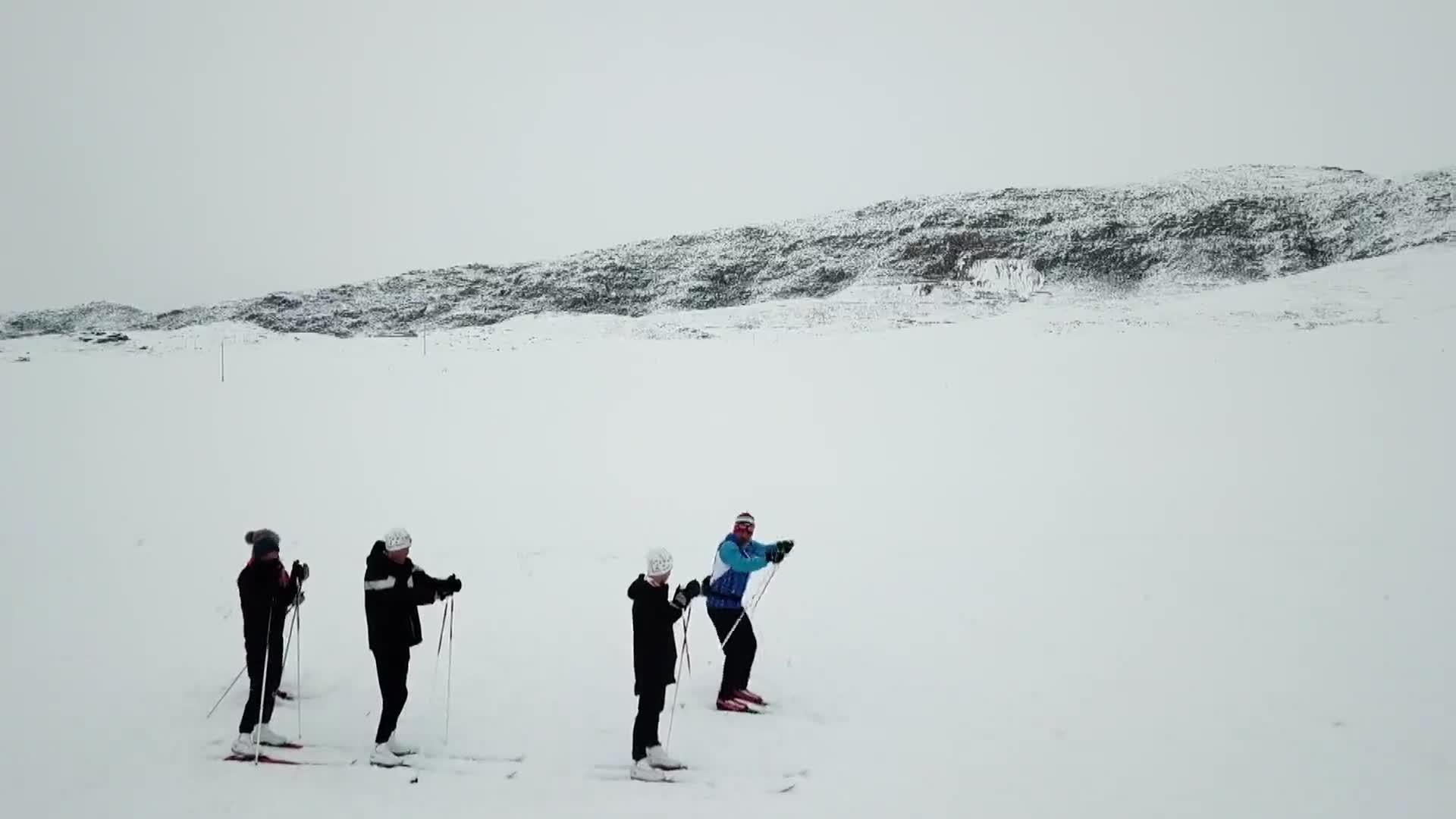 Anciano en la nieve promueve el esquí de fondo en el noroeste de China