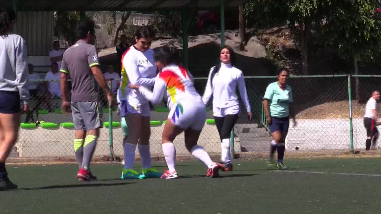 Mujeres trans y policías participan en un torneo de fútbol por la diversidad