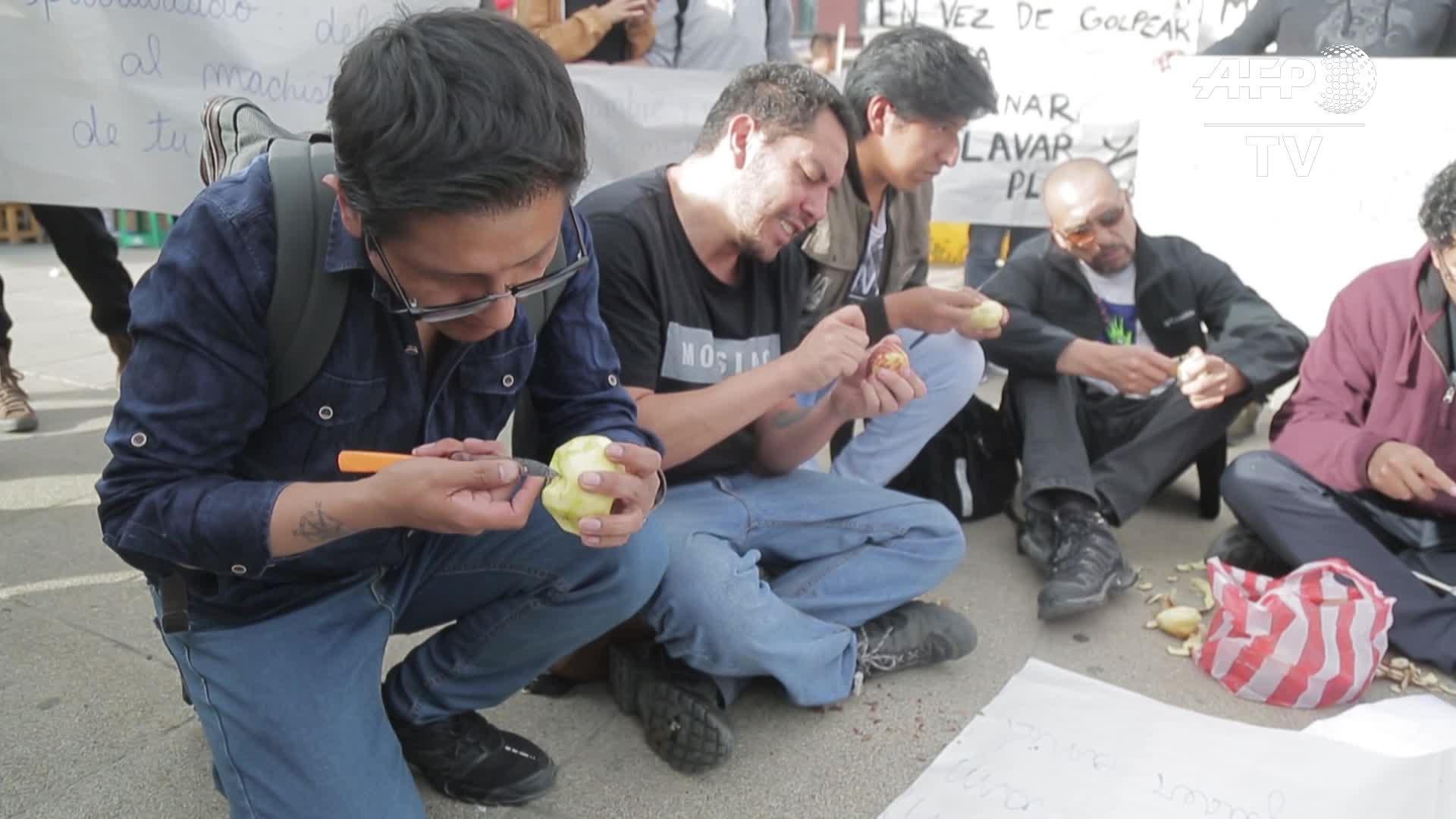 Bolivia: hombres pelan papas en campaña contra la violencia machista