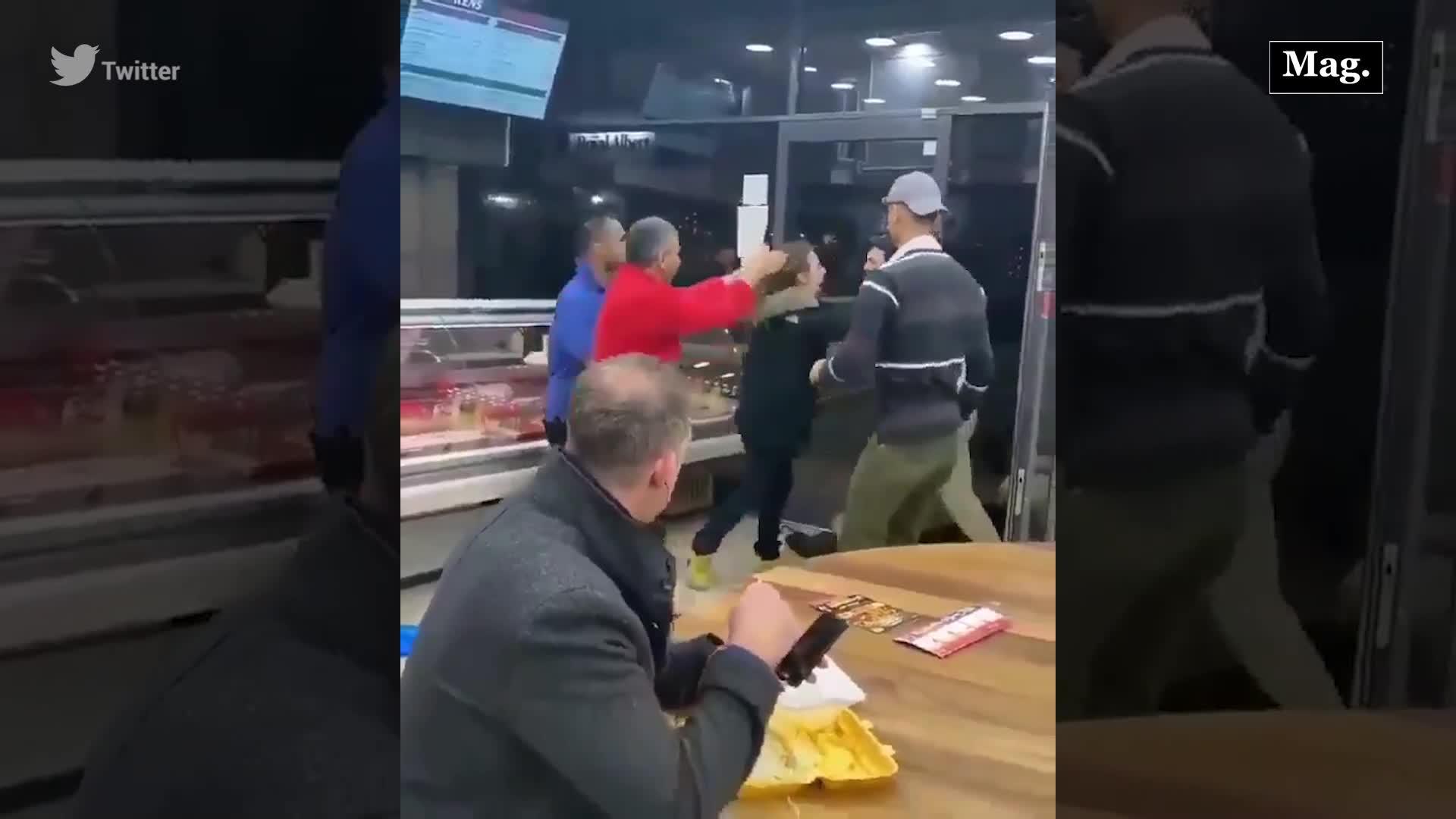 Hombre es viral en redes tras presenciar una pelea y seguir comiendo tranquilamente