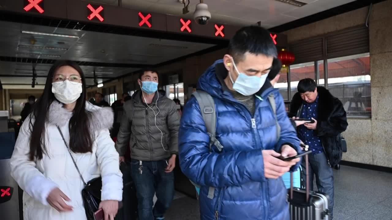 China pone dos ciudades en cuarentena para frenar la epidemia de coronavirus
