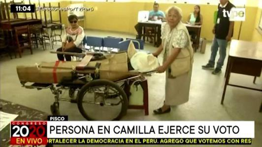 Elecciones 2020: persona en camilla ejerce su derecho a voto en Pisco