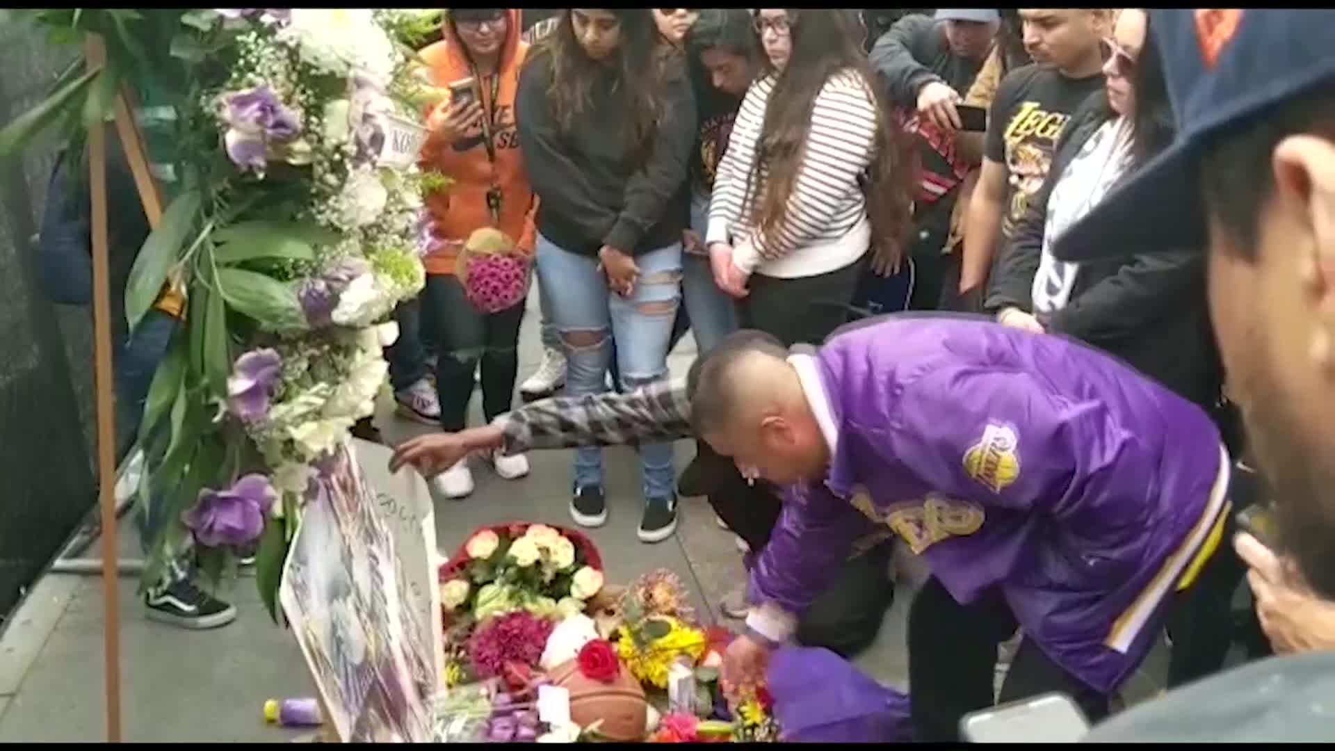 Fans se reúnen en el Staples Center para despedir a Kobe Bryant
