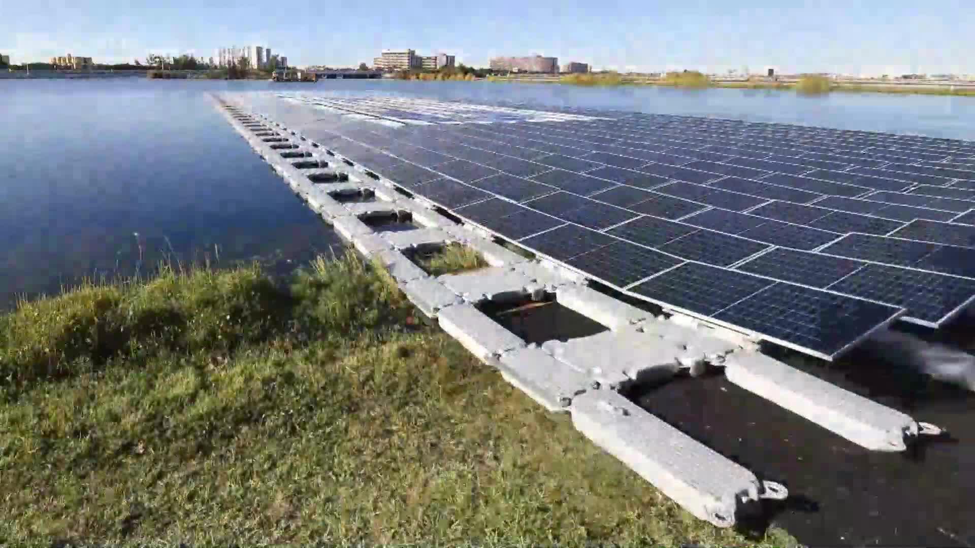 Inauguran en un lago de Miami una plataforma flotante de energía solar