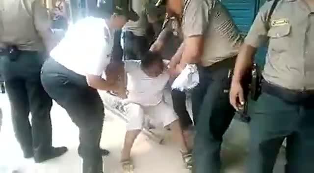 Pucallpa: comerciante se arroja al suelo para que no cierren su negocio por el estado de emergencia nacional