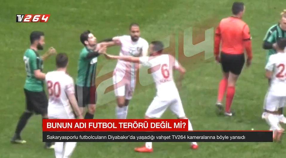YouTube: en Turquía, futbolista ingresó al campo con una cuchilla e intentó cortar a rivales | VIDEO