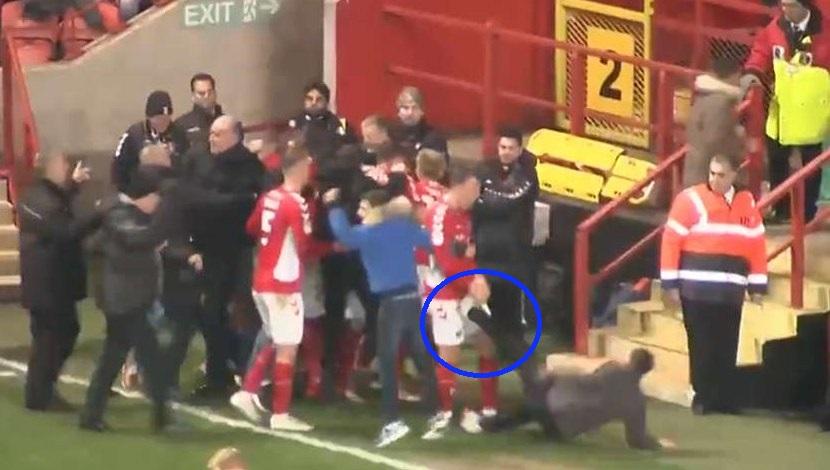 Celebración acabó con golpe en la entrepierna para jugador de Charlton Athletic | VIDEO
