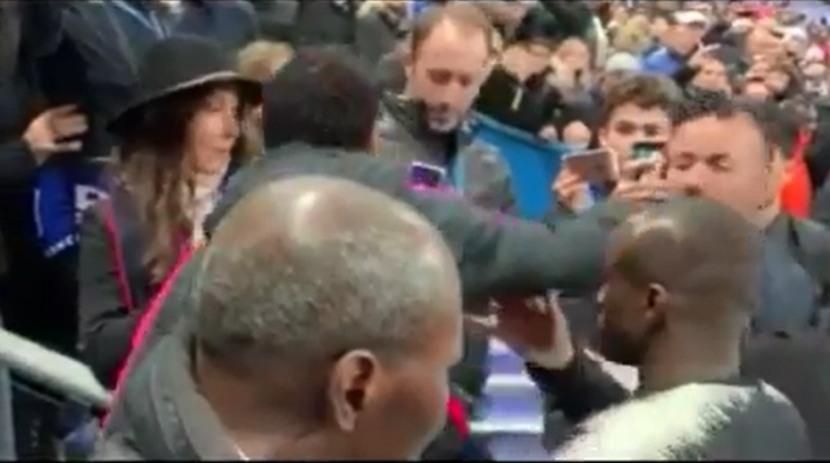 Neymar tiró un puñete en el rostro a fanático ubicado en la tribuna del Stade de France | VIDEO