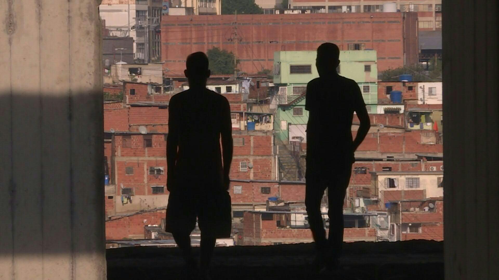 Invadir edificios, el infierno de quienes esperan la casa que el chavismo les prometió