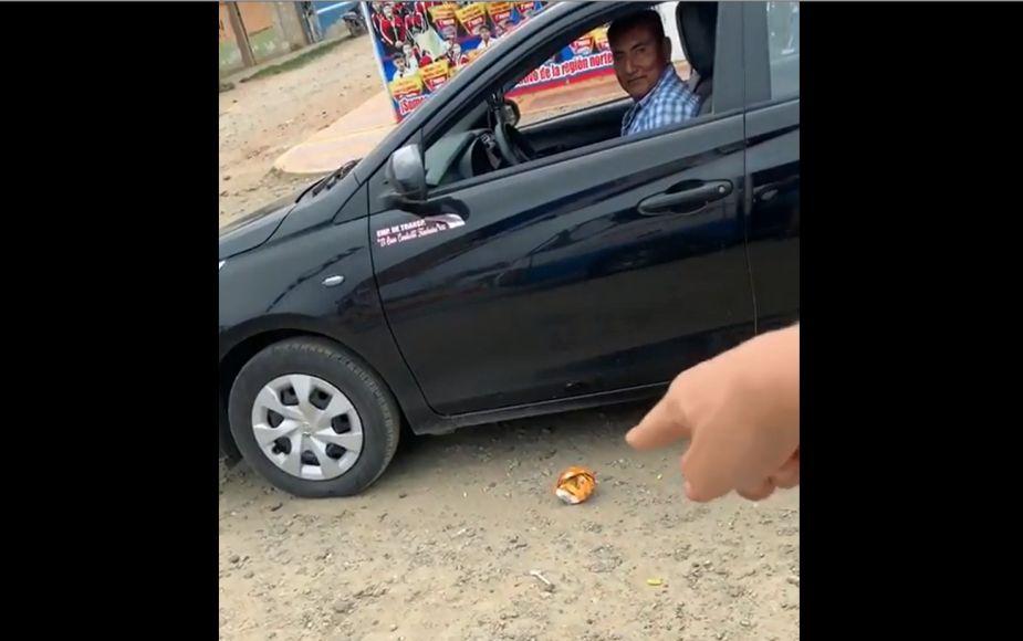 Taxista arroja basura y extranjero se la devuelve