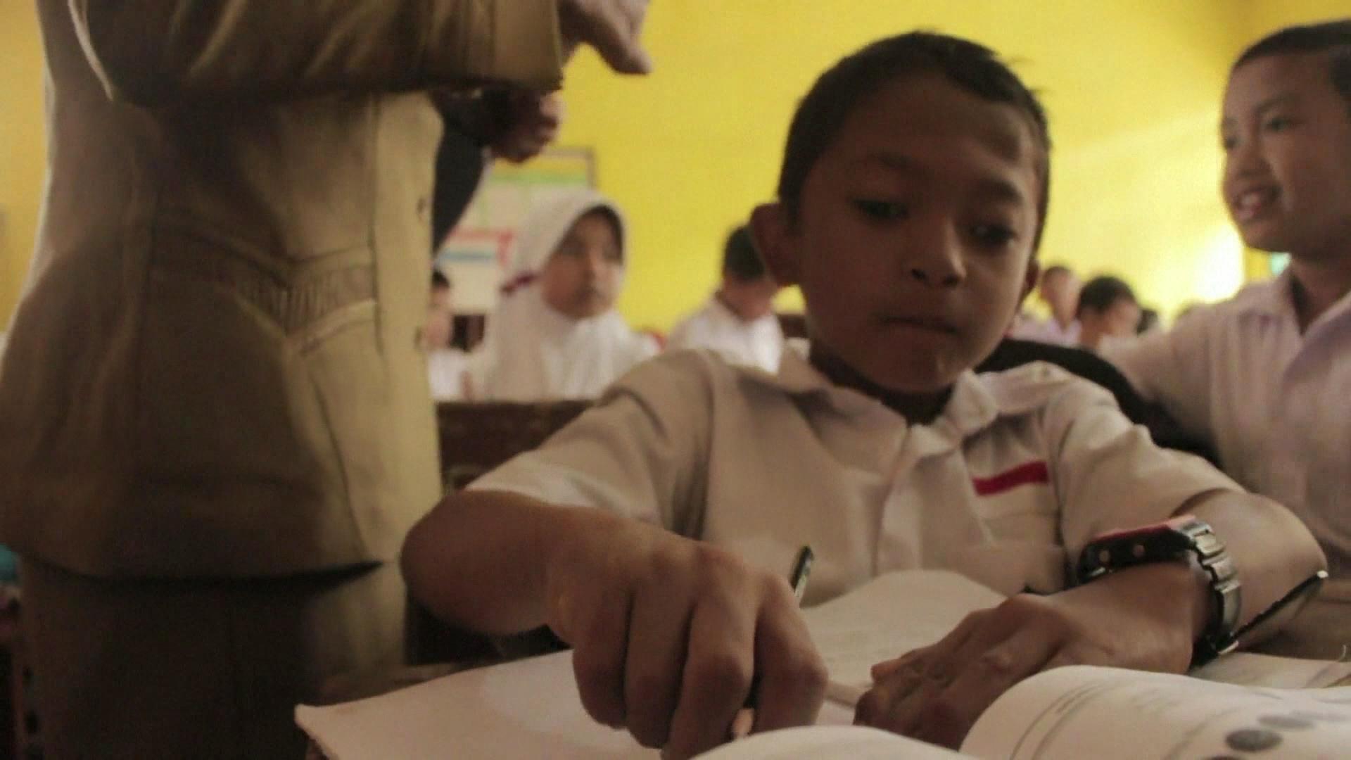 Indonesia: La odisea de un niño indonesio para ir a la escuela