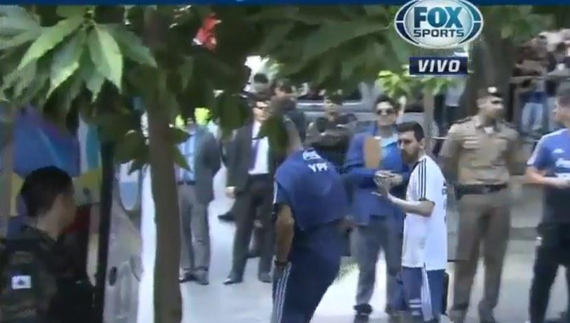Lionel Messi firmó autógrafo a niño que asustó a agentes de seguridad | VIDEO