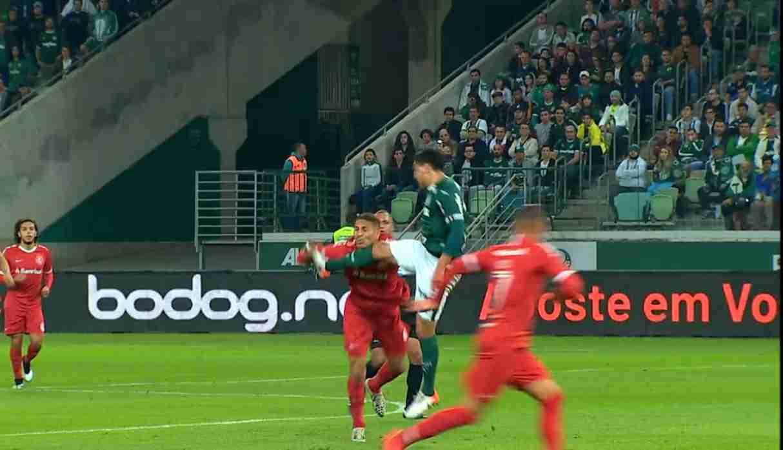 Paolo Guerrero sufrió fuerte contacto en el Inter-Palmeiras | VIDEO