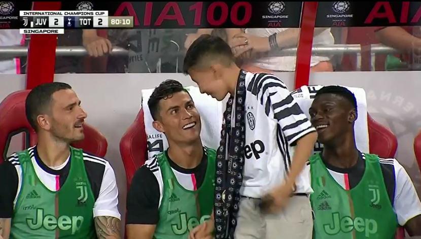Cristiano Ronaldo invitó a un niño a ver el partido de Juventus desde la banca | VIDEO