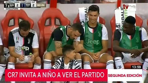 Cristiano Ronaldo invitó a niño a ver el partido desde la banca