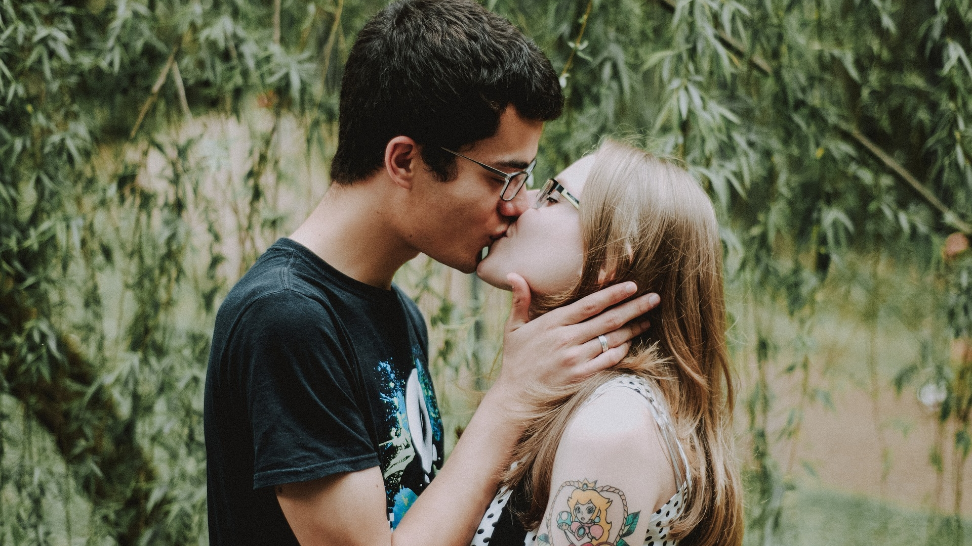 ¿Los besos apasionados son la clave para bajar de peso?