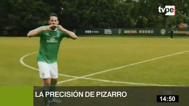 Claudio Pizarro sorprende con su precisión para pegarle a la pelota