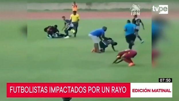 Rayo afecta a cuatro futbolistas al caer sobre campo de juego