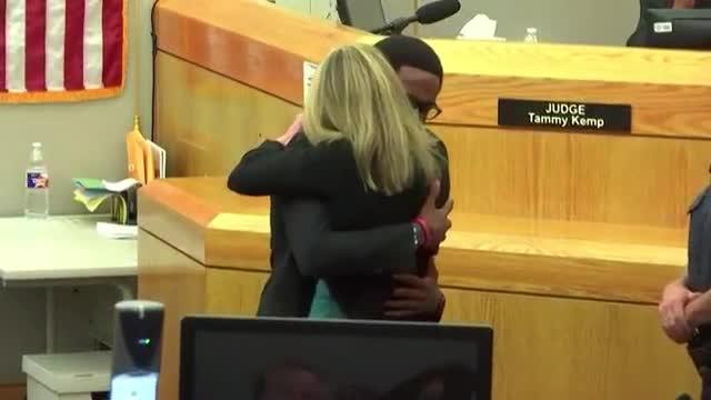 Joven abraza a asesina de su hermano al final del juicio como excepcional gesto de perdón