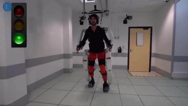 Tetrapléjico logra caminar gracias a un exoesqueleto conectado al cerebro