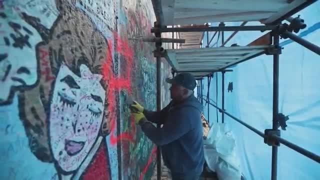 Vandalismo turístico obliga a cerrar legendario Muro de John Lennon en Praga
