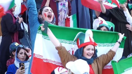Mujeres iraníes asisten a un estadio de fútbol libremente tras décadas de prohibición