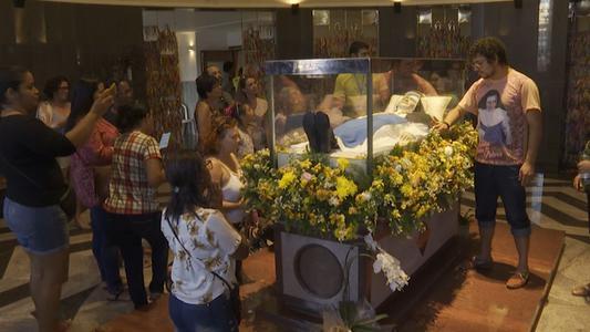 Fieles brasileños celebran canonización de su primera santa en Salvador