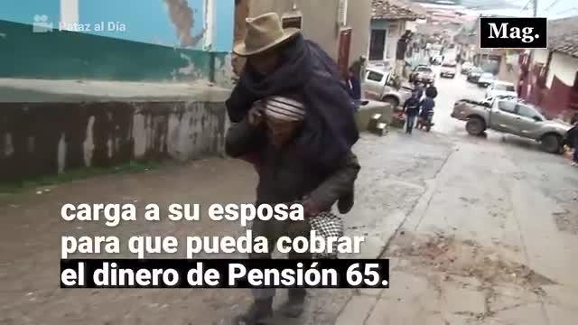 La historia del anciano que carga a su esposa para que cobre pensión 65