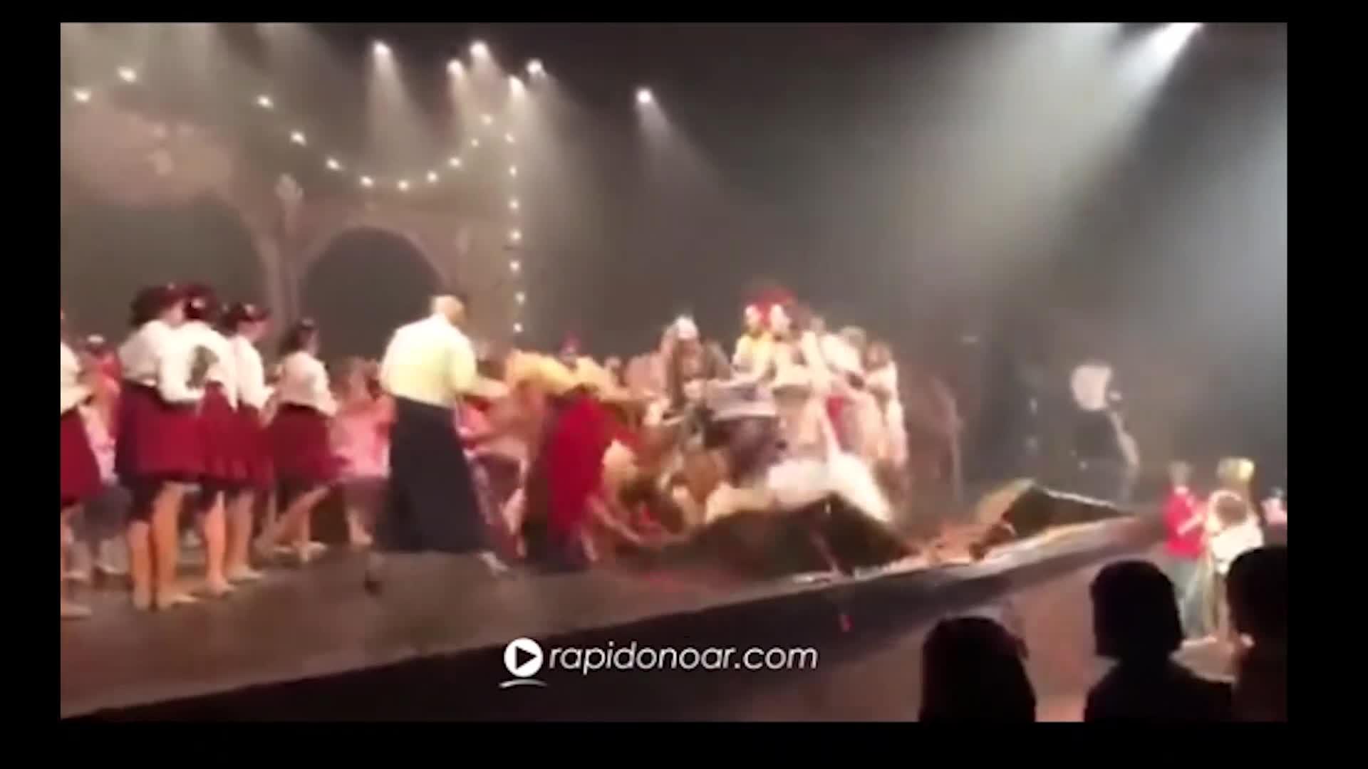 Brasil: seis bailarines quedan heridos tras pavorosa caída de escenario en plena función