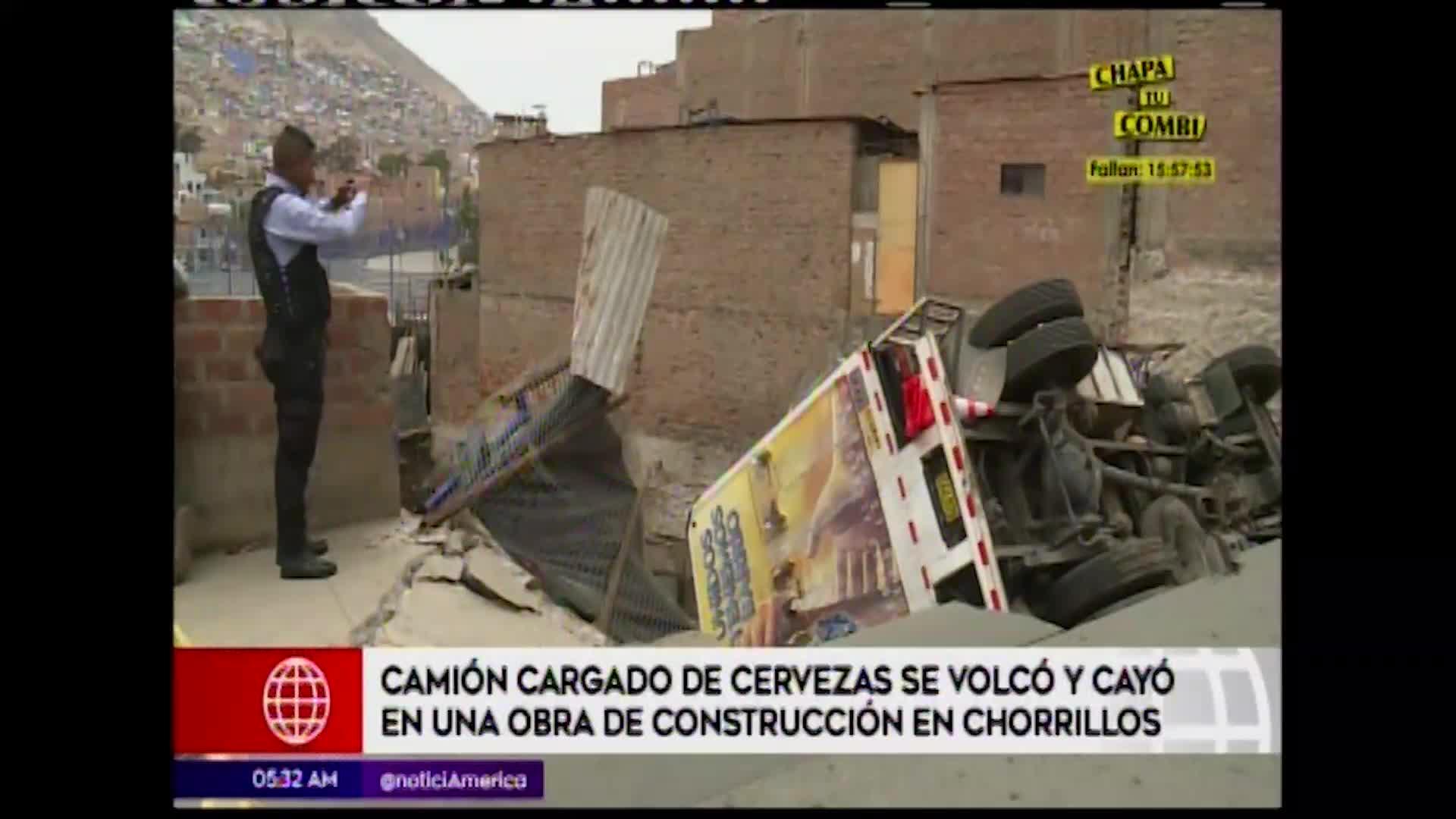 Camión repartidor de cerveza sufre volcadura sobre vivienda en construcción