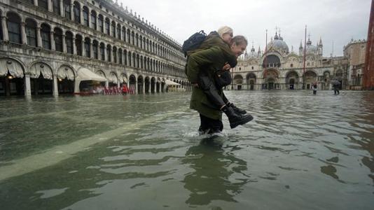 Venecia: Inundaciones afectan dramáticamente a la ciudad de las góndolas