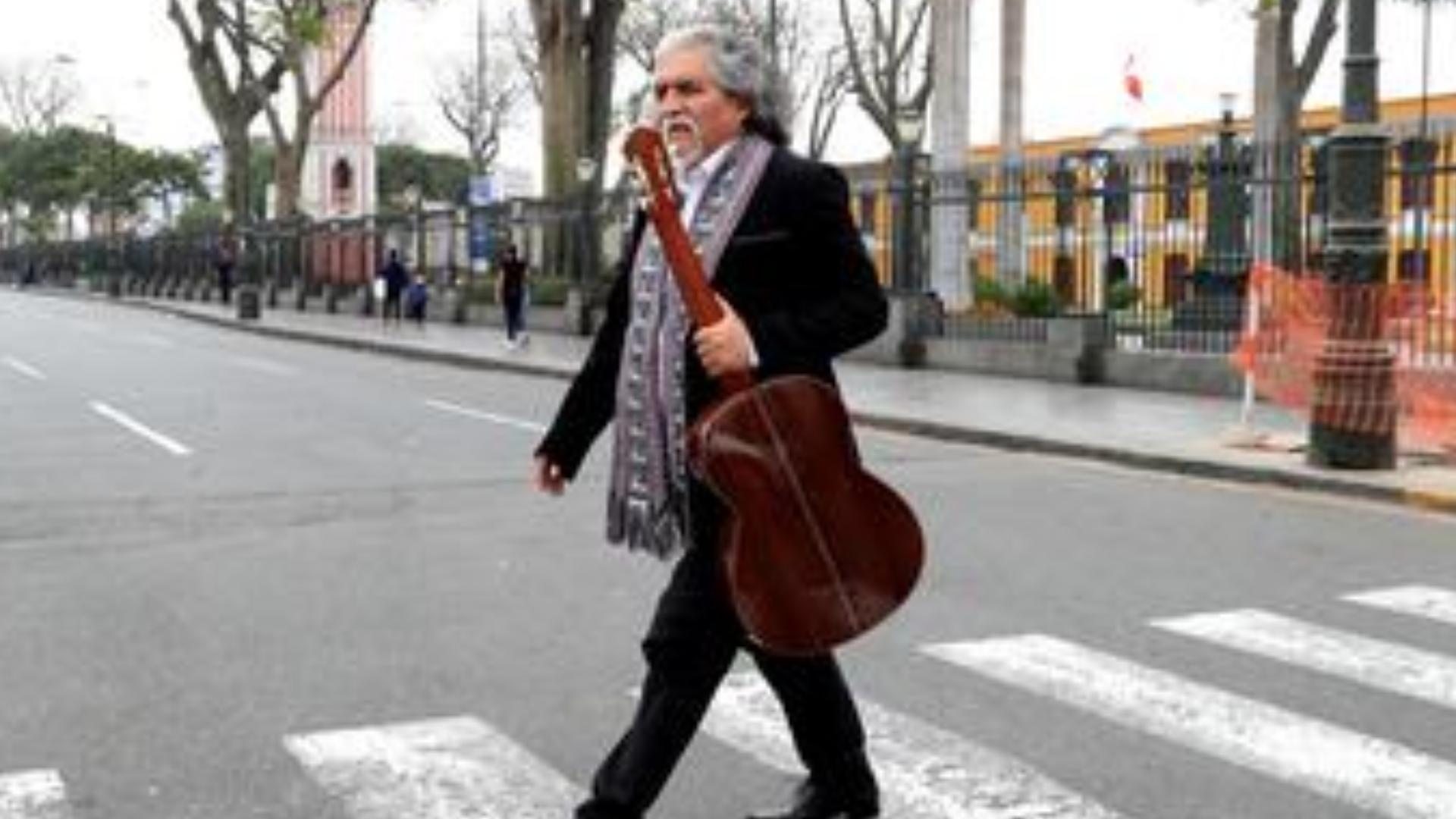 Manuelcha Prado, la leyenda de la guitarra andina cumple 50 años de trayectoria musical