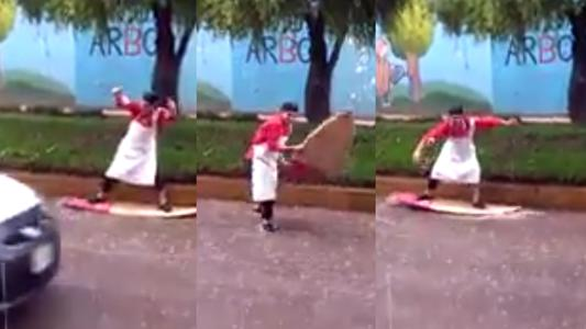 Cusco: hombre 'surfea' en calle inundada tras intensas lluvias | VIDEO