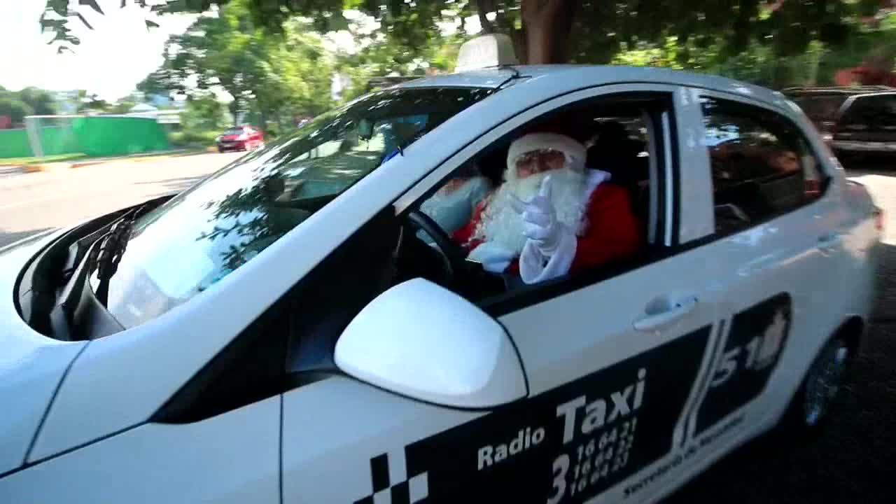 Navidad: Un Santa Claus taxista desfila por las calles repartiendo juguetes