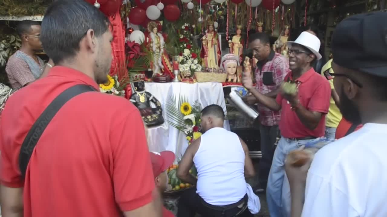 """Tabaco, licor y tambor: Venezolanos piden a Santa Bárbara que """"se acabe la crisis"""""""