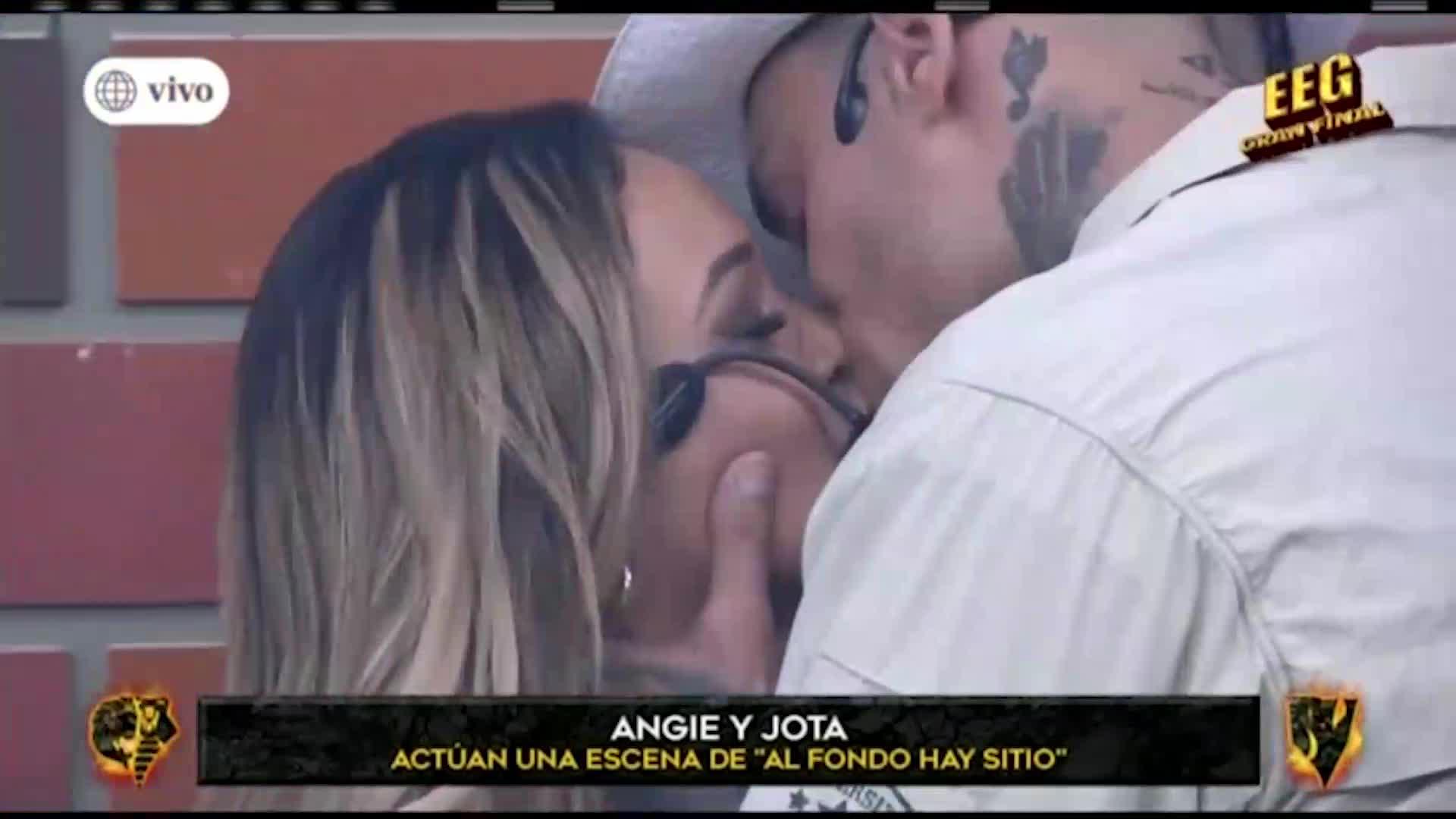 Angie Arizaga y Jota Benz protagonizaron romántico beso en escena de 'Al fondo hay sitio'