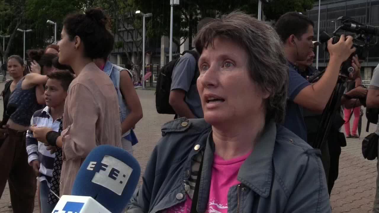 """Feministas venezolanas participan en performance de """"Un violador en tu camino"""""""