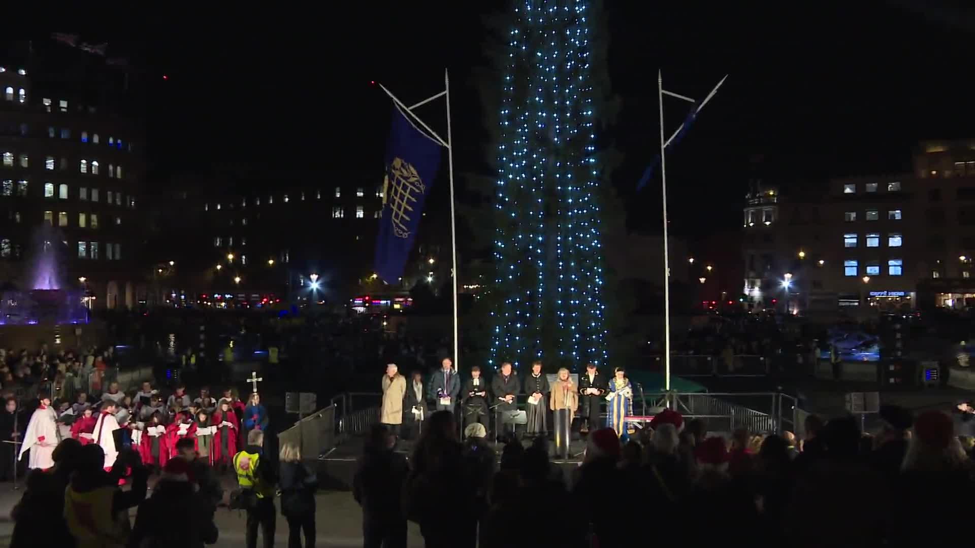 Encienden monumental árbol de Navidad en Londres