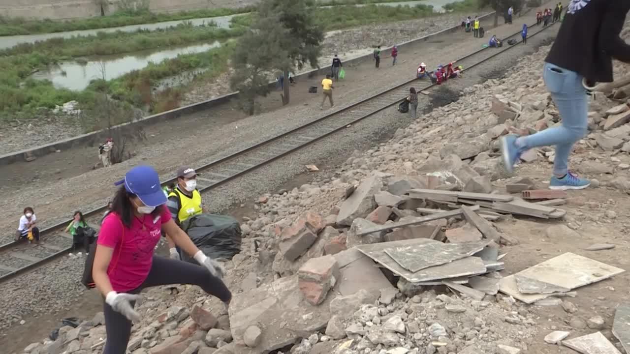 Migrantes venezolanos limpian laderas del río Rímac