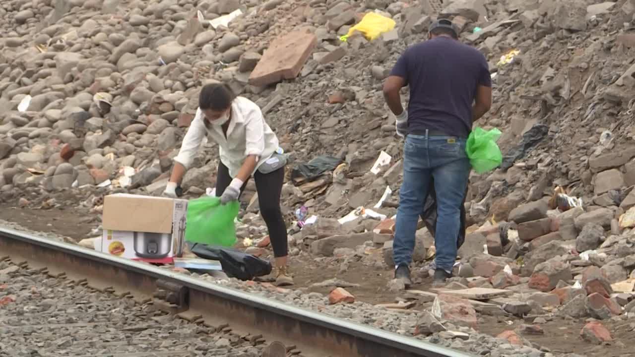 Migrantes venezolanos y voluntarios peruanos limpian laderas de río Rímac