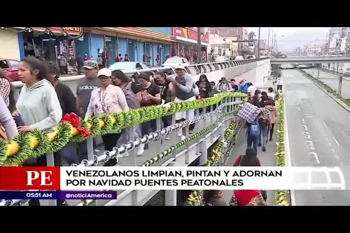 Venezolanos limpian y decoran por navidad puente Grau