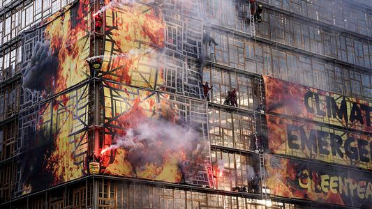 """Greenpeace interviene sede de cumbre europea con pancarta e """"incendio"""""""
