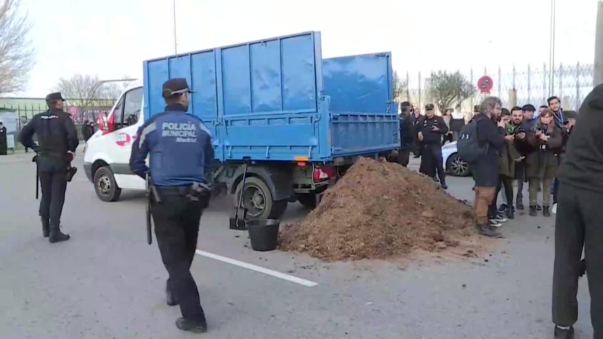 """España: Un joven vuelca un camión de estiércol ante Ifema para denunciar que """"estamos en la mierda"""""""