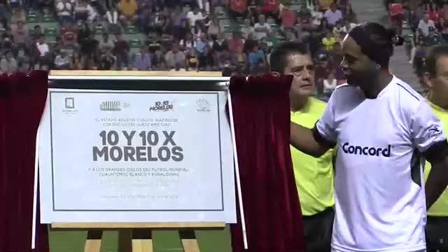 Ronaldinho perdió ante Cuauhtémoc Blanco en un partido a beneficio en Morelos