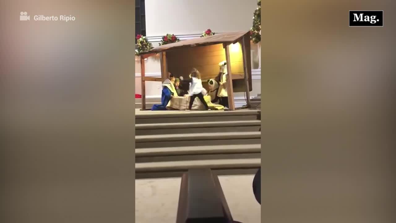 """Video viral: """"La Virgen María"""" y una """"oveja"""" se pelean por el niño Jesús en representación navideña"""