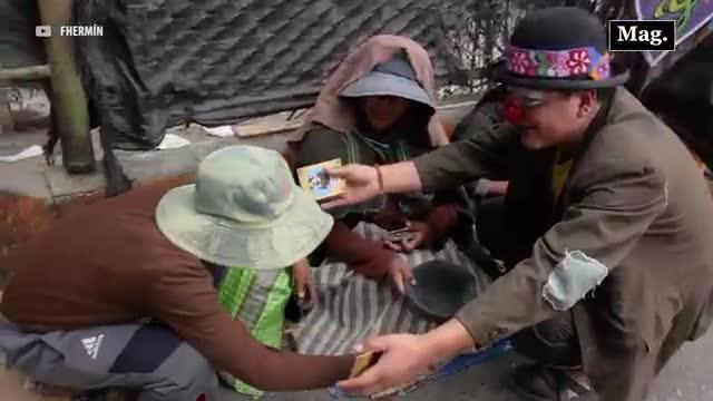Video: Payasito y su tierno gesto con transeúntes para recordarles el significado de la navidad